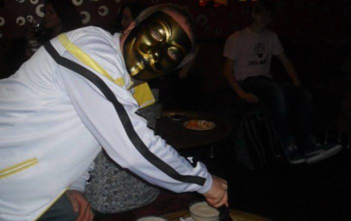 Noorte DJ Kooli asutaja ja omanik Peeter Taim lõikab lahti DJ kooli 10. juubeli torti. Peetri nägu katab DJ duo Vicious Vendetta firmamask.